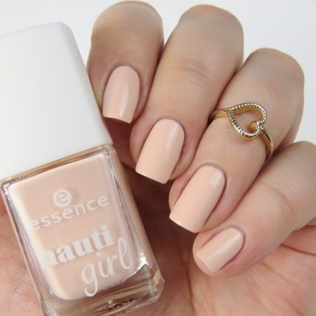 essence nauti girl Trend Edition Swatches: Limited Edition im maritim Look. Nagellack: crew first