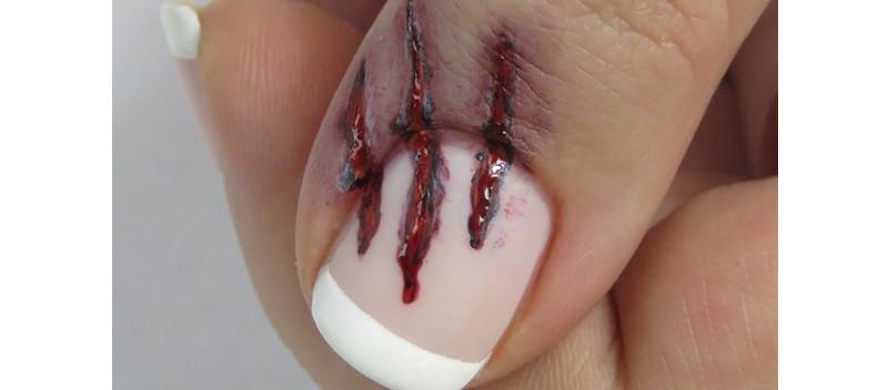 Blutige Kratzer Halloween Nageldesign