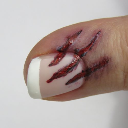 Bloody Halloween Nails: Blutiges Halloween Nageldesign mit tiefen Kratzern. Leichtes Nageldesign zum selber machen