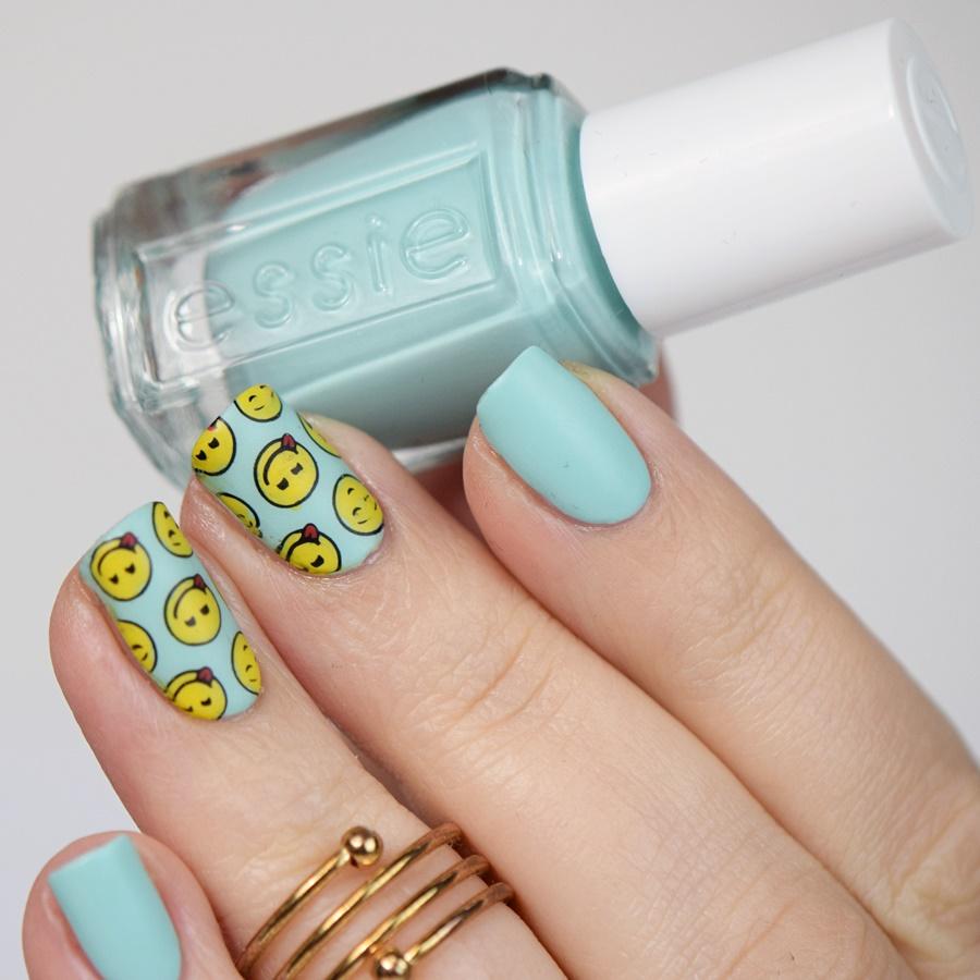 Reverse Stamping: Einfaches Nageldesign selber machen mit Nagellack und Stamping