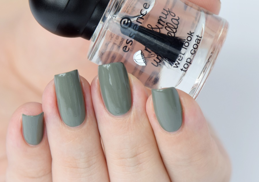 essence me & my umbrella wet look top coat Tragebild Swatches