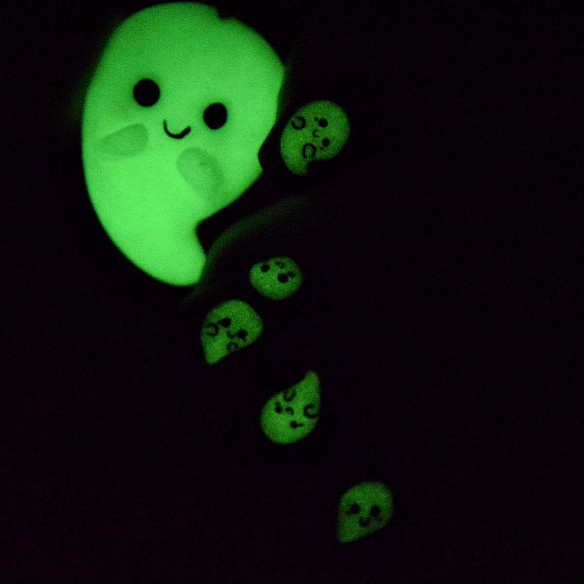 nageldesign-leuchtet-im-dunkeln-glow-in-the-dark-nail-art-nisinails